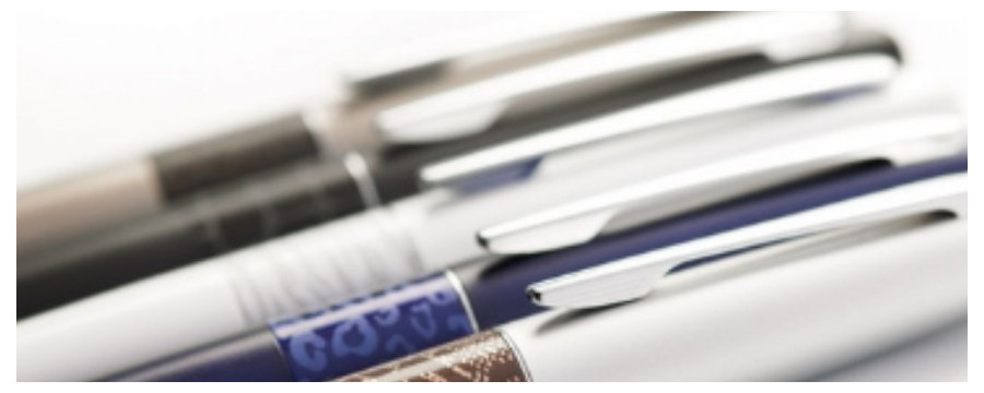A wide selection of ballpoint pens, fountain pens, felt styles... but also felts and pencils.
